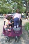 '跟隨孩子'在公園散步